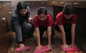 学员们在认真的学习擦洗地板